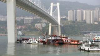 Ділянка річки під мостом, рятувальні човни