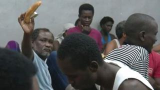 Abimukira bari mu bigo bafungiyemo muri Libya