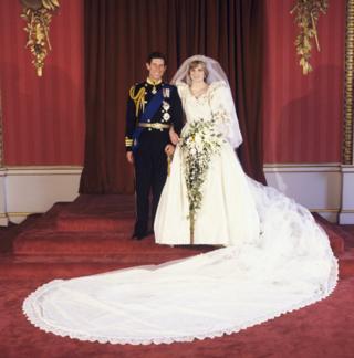 Diana vestida de noiva ao lado de Charles