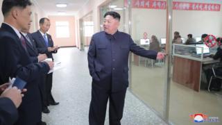 O líder coreano em visita a uma fábrica