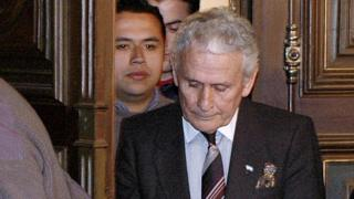 The former director of investigations of the Buenos Aires police, Miguel Etchecolatz (c), arrives for the opening hearings of his trial on abduction, torture and murder charges for his role during the 1976-1983 military dictatorship, the first such trial ever in Argentina, 20 June 2006 in La Plata