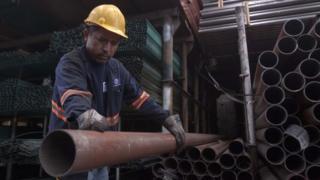 trabajador en una fábrica de acero de Monterrey.