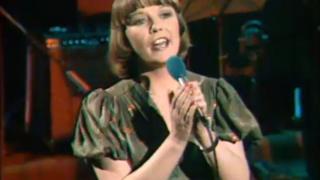 Tammy Jones yn canu ar y rhaglen bop 'Twndish' yn 1978