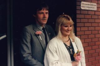 Heather a'i gŵr Dave yn priodi yn 1987