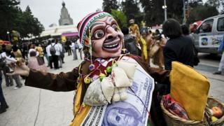 Un hombre enmascarado baila en una calle de Lima