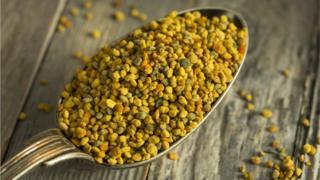Cuchara llena de polen