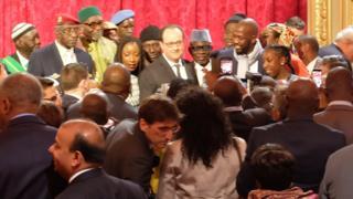 Le président François Hollande entouré de tirailleurs sénégalais lors de la cérémonie de samedi