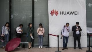 Ifoto y'abantu begereye ikirango cya Huawei