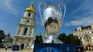 Гігантська копія кубка