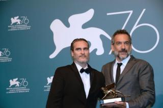 تاد فیلیپس، کارگردان فیلم جوکر به همراه خواکین فونیکس بازیگر اصلی فیلم