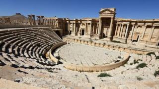 Palmirada Roma amfiteatrının sütunlu fasadı (may 2016)