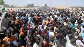 Des déplacés internes attendent de la nourriture au camp de Dikwa, dans l'État de Borno, dans le nord-est du Nigeria, le 2 février 2016.