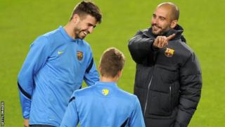 Gerrard Pique akiwa pamoja na aliyekuwa kocha wa Barcelona Pep Guardiola