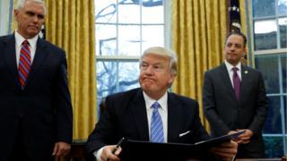 Trump firma las órdenes ejecutivas en la Casa Blanca.