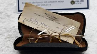 ジョン・レノンさん愛用の丸縁眼鏡も発見された(21日、ベルリン)