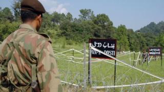 Un soldado paquistaní observa a sus contrapartes indias en el cruce fronterizo Tattapani-Mendher, en la Línea de Control