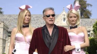 Hefner, con dos de sus modelo en una imagen tomada en su mansión en Holmby Hills, California, en 2003.