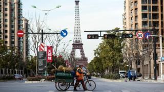中国房地产市场化后,西方文化符号成为很多住宅小区销售的卖点。