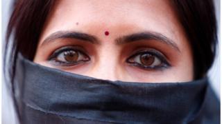 అత్యాచారాలను వ్యతిరేకిస్తూ ర్యాలీలో పాల్గొన్న భారత మహిళ