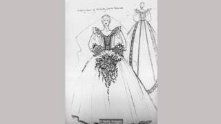 Sketsa pasangan Emanuel untuk gaun pernikahan Putri Diana, yang dilengkapi mutiara yang dijahit tangan dan rimpel besar di sekitar leher.
