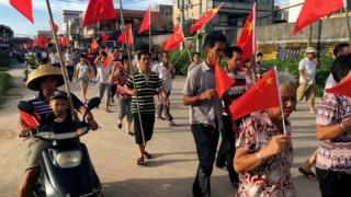 资料图片:乌坎村村民今年六月举行游行