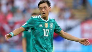 Mesut Özil no mencionó que se retiraba definitivamente de la selección, pero que por el momento no piensa jugar con ella.