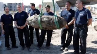 L'équipe du service de déminage a désamorcé la bombe de 500 kg avec succès.