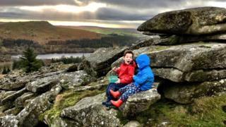 Chloe Swift, dört ve yedi yaşlarındaki iki oğlunun fotoğrafıyla Dartmoor Ulusal Parkı'ndaki fotoğrafıyla yarışmaya katıldı