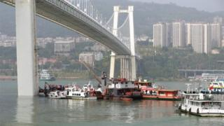 Search boats next to the bridge in Chongqing, China (28 Oct 2018)