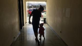 Monica e a filha Raissa, em delegacia de São Paulo