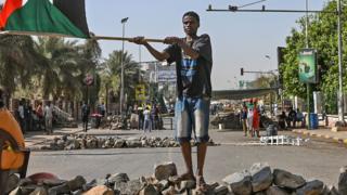 Les manifestants soudanais utilisent des barricades pour bloquer les routes principales.