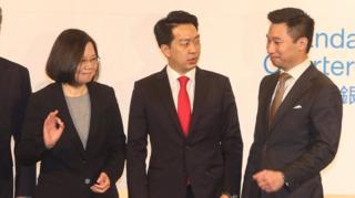黄之瀚(右)与台湾总统蔡英文(左)同场出席美国商会活动。