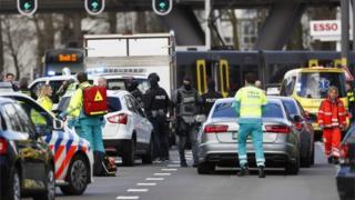 La police anti-terroriste sur la scène de la fusillade.