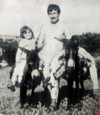奧斯曼·卡林牽著毛驢