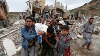 آثار ضربات جوية في اليمن