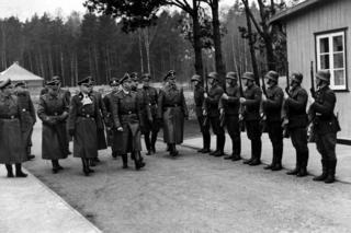 СС жетекчиси Генрих Гиммлер (ортодо) Штуттгофдогу лагерге келген учур.