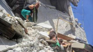قيت الطفلة رهام حتفها بعد انقاذها لاختها الرضيعة توقة من غارة جوية استهدفت المبنى الذي يعيشون فيه