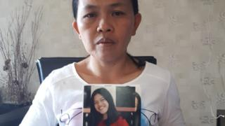 Seska Sumilat dengan foto anaknya Gabriella yang hilang di desa Jono Oge, Sigi.