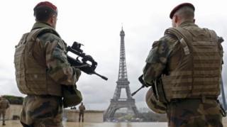 ทหารถือปืนหน้าหอไอเฟล