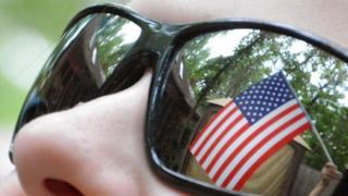 نظارة شمسية تعكس علم الولايات المتحدة