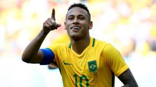 Neymar celebra su primer gol.