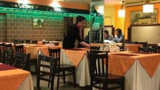 這家在莫斯科的朝鮮餐館由朝鮮人擁有,服務員也是朝鮮人。