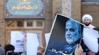 همزمان با انتشار بیانیه وزارت خارجه در بیرون ساختمان اصلی این وزارتخانه تجمع اعتراضی برگزار شد