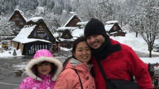Erica Yamabe com o marido e a filha