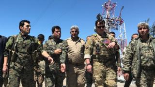 Türkiye'nin arananlar listesindeki Ferhat Abdi Şahin (soldan ikinci) Karaçok Dağı bölgesinde bir Amerikalı komutan ile birlikte