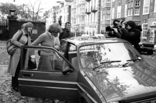 Diana é fotografada ao entrar em carro
