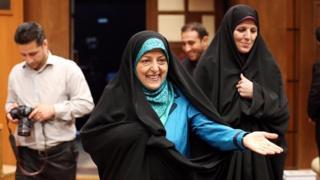 معصومه ابتکار معاون حسن روحانی در امور زنان (وسط) مسئول پیگیری این لایحه است که معاون قبلی امور زنان شهیندخت مولاوری (راست) پیگیر تهیه آن بود