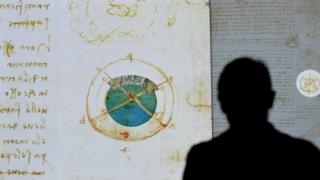 Hombre mirando un dibujo del Códice Leicester proyectado en Italia.