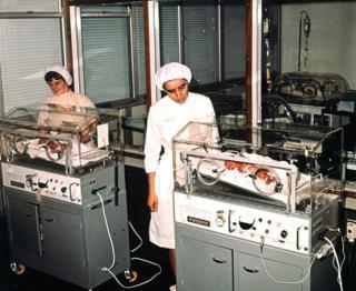 六胞胎里五个活下来的婴儿在伯明翰妇产医院婴儿监护室里。