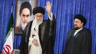 رهبر ایران در کنار حسن خمینی، نوه بنیانگذار جمهوری اسلامی
